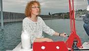 Susanne Tempelmann manövriert das Boot per Elektromotor sicher aus der Hafenanlage von Staad.