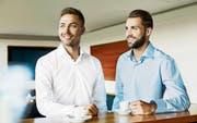 Die beiden FC-St.-Gallen-Spieler Alain Wiss (links) und Roman Buess in Hemden der Kollektion «Jacob Kauf». (Bild: PD)