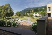 Klug kombiniert: Blechtische, ein Brunnen, ein Weg und ein Rasenmäher haben eine Restfläche in einen öffentlichen Treffpunkt verwandelt. (Bilder: Hanspeter Schiess)