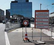 Eine Hinweistafel, die neugierig macht: Die Parkplätze unter dem Rathaus sind derzeit nicht zugänglich. (Bild: Marlen Hämmerli)