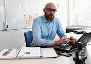 Pascal Stöckli, Kommandant der Regionalen Zivilschutzorganisation, koordiniert und überwacht den Sirenentest im Toggenburg. (Bild: Urs M. Hemm)