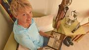 Liselotte Schlumpf stöbert gerne im Fotoalbum und erinnert sich an die Zeit, in der ihr Vater Karl Ski gefahren ist.