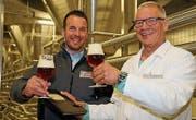 Auf ein Bier: Hansueli Züger (rechts) übergibt Richard Reinart das Buch mit den Rezepturen der Schützengarten-Biere. (Bild: PD)