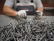 Produktion von Spezialschrauben bei einer der hiesigen «Industrieperlen» (UBS-Ökonom Daniel Kalt), der SFS Group. (Bild: Michel Canonica)