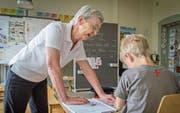 Nach der Pensionierung in der Schule aktiv: Die 70-jährige Esther Wehle hilft Erstklässlern bei einer Schreibübung. (Bild: Jil Lohse)