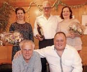 Das neue Ehrenmitglied Ivo Vögeli, flankiert von den beiden Dirigentinnen Nina Prantner (links) und Marta Flesch (rechts) sowie die Neumitglieder Rico Dietrich (links) und Daniel Hutter. (Bild: pd)