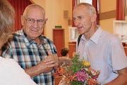 Pfarrer Schöbi im Gespräch mit Josef Rast vom ehemaligen gleichnamigen Fotofachgeschäft in Gossau.