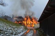 Das Bauernhaus und die angebaute Scheune brannten lichterloh. (Bild: Kapo AR)