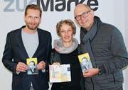 Willy Tanner (v. l.) von der Werbeagentur zurMarke mit Michel und Heidi Bawidamann (Co-Präsidium Diogenes-Theater) mit dem druckfrischen Jubiläumsprogramm 2018. (Bild: pd)