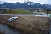 Das Auto kam kurz vor der Linth zum Stillstand. (Bild: Kapo SG)