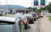 An einem Werktag fahren bis zu 22 000 Fahrzeuge über die Augarten-Kreuzung in Niederuzwil. (Bilder: Philipp Stutz)
