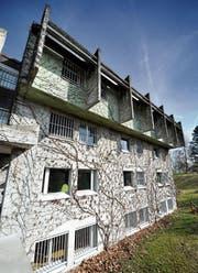 Wirkt wie ein Gefängnis, ist aber ein Jugendheim: Der Platanenhof in Oberuzwil. (Bild: Urs Bucher)