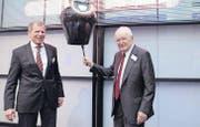 SFS-Ehrenpräsident Hans Huber (rechts) und Verwaltungsratspräsident Heinrich Spoerry läuten an der Schweizer Börse den Handel ein. (Bild: pd)