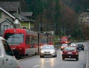 Bahn und Autos zerschneiden das Quartier Riethüsli in zwei Teile. (Archivbild: Ralph Ribi)