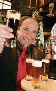 Ein Prosit auf die Biervielfalt: Biersommelier Richard J. Wüst. (Bild: Ralph Ribi)
