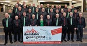 Voller Vorfreude präsentieren die Mitglieder der Männerchöre Heerbrugg und Au Berneck das Logo in der Kantonsschule Heerbrugg. (Bild: pd)