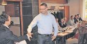 Der «FDP-Mann des Jahres», Peter Nüesch aus Balgach, wurde gestern an der Mitgliederversammlung der Kreispartei durch Präsident Alexander Bartl geehrt. (Bilder: Gert Bruderer)