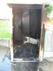 Auch ein Kleidersammlungsbehälter wurde in Brand gesetzt. (Bild: Kapo AR)