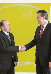 Marc Borer, Leiter UBS Rayon St. Gallen (rechts), gratuliert Rémy Murat zu seiner neuen Aufgabe. (Bild: pd)