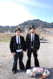 Max Masella (links) und Patrick Wittin machen auf ihrer Walz Halt in Wattwil. (Bild: Noëlle Lee)