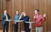 Peter Arbenz, Michael Nakhleh, Ursula Surber und Danial Nurzai (von links) diskutieren über die Flüchtlingskrise. (Bild: Ralph Ribi)