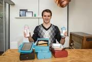 Aron Kenessey, Mitgründer der Faitron AG und Miterfinder, zeigt die smarten Babyflaschen und die serienreife Lunchbox. (Bild: Hanspeter Schiess)