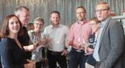 Die FDP in Feierlaune: Nadja Heuberger, René Harzenmoser, Edith Schiltknecht, Christian Burkhard (GPK), Parteipräsident Roland Roos, Marlies Bergundthal (GPK) und Markus Lichtensteiger (v. l.). der: Andrea Häusler (Bild: Bil)