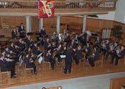 Die Musikgesellschaft Harmonie Ebnat-Kappel glänzte mit der neuen Dirigentin Melanie Hösli beim diesjährigen Kirchenkonzert. (Bild: Thomas Geissler)