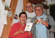 Die Jury mit Marianne Bargagna, Oliver Schatzmann und Wolfgang Steiger (v. l.) präsentiert die Siegerkarten. (Bilder: Andrea Häusler)