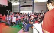 Wie im Fernsehen: Vor dem Fussballspiel gibt's Werbung. Thomas Stofer präsentiert die Kommunikationsdienstleistungen der Technischen Betriebe der Stadt Altstätten und des Rii-Seez-Netz-Kabelnetzverbunds. (Bild: Max Tinner)
