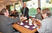 Zusammen mit Heimleiter Dietmar Penz verteilte Geschäftsleiter Werner Brunner (Bild) die Kuchen. (Bild: pd)