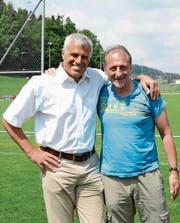 Andy Egli (links) und Dani Wyler: Der eine spielt bei den Suisse Legends, der andere kommentiert am 17. Juni das Spiel. (Bild: Beat Lanzendorfer)