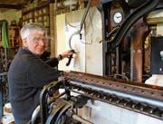 Bernhard Hollenstein sitzt täglich drei bis fünf Stunden an der Handstickmaschine. (Bild: Mirjam Bächtold)