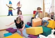 Die Kinder haben an ihrem neuen «Gumpizimmer» ihre helle Freude. (Bild: pd)