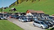 Wer im Obertoggenburg wandern geht und auf dem Parkplatz Chuchitobel in Wildhaus parkiert, wird künftig zur Kasse gebeten. In der Nacht soll das Parkieren jedoch kostenlos bleiben. (Bild: Adi Lippuner/Oktober 2017)