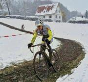 Jürg Graf fährt im winterlichen Mindelheim überlegen zum Sieg an der Bodensee-Meisterschaft im Radquer. (Bild: pd)