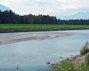 Wer die Kiesbänke im Rhein – wie etwa die zwischen Rüthi und Lienz – über einen längeren Zeitraum beobachtet, wird deren «Wanderung» nachvollziehen. (Bild: Kurt Latzer)