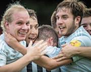 Die Winkler bejubeln den Treffer Adrian Inauens (2. v. l.) zum 2:0. (Bild: Benjamin Manser)