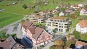 Hinter dem Landgasthof Ochsen sollen in den nächsten zwei Jahren die vier Gebäude der Wohnbaugenossenschaft Sidwald gebaut werden. (Bilder: pd)