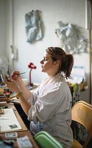 Feinarbeit mit Pinsel und Knetmasse: Rahel Flückiger im Atelier. (Bild: Benjamin Manser (Benjamin Manser))