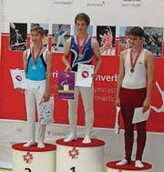 Romano Untersander (linkes Bild, Mitte) und Julia Wick (rechtes Bild, rechts) freuen sich über ihre Medaillen an den Schweizer Meisterschaften im Trampolinspringen. (Bilder: pd)
