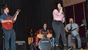 Authentic umrahmte die Preisverleihung musikalisch. Der Schlagzeuger Jan Federer absolvierte einst seine Lehre bei CDS. Weitere Bandmitglieder sind Alexa Gächter (Gesang), Andi Melzer (Bass) und Thomas Bosser (Gitarre). (Bild: Monika von der Linden)