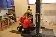 Wenn das Leben eines Menschen bedroht ist, müssen die Feuerwehrleute eine massive Türe auch einmal mit schwerem Werkzeug öffnen.