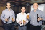 Der Verwaltungsrat der Brauerei St. Johann AG schenkt anlässlich der Medienorientierung das neue Toggenburger Bier ein: (von links) Philipp Grob, Tobias Kobelt und André Meyer (Präsident). (Bild: Katharina Rutz)