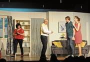 Frau Düvell (Julia Schmucki, links) reibt sich die Hände, Schwiegervater (Jürg Weilenmann), Felix (Michael Heeb) und Katrin (Luzia Abächerli) zanken sich. (Bild: Michael Hug)