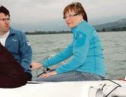 Unter kritischem Blick von Patrick Grawehr halte ich das Segelboot mit der Pinne auf Kurs.