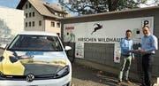 Freuen sich über die neuinstallierten Ladestationen: Michael Max Müller, Gastgeber des Hotels Hirschen in (Bild: PD)