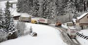 Lastwagen am Stoss bei der Kreuzstrasse. Das Bild entstand am Montagvormittag, 12. Februar. (Bild: Bernhard Gätzi)