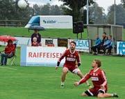 Die Rheintaler Nationalspieler Malik Müller (links) und Mario Kohler spielen zum Auftakt des 59. Grenzlandturniers in Widnau gegen die «World Stars». (Bild: Archiv/ys)