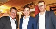 Parteipräsident Peter Haag konnte an der Jubiläumshauptversammlung Ivan Louis, Präsident des Kantonsrats, und Nationalrat Toni Brunner begrüssen (von rechts). (Bild: Philipp Stutz)